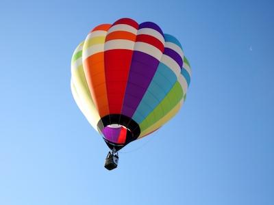 上昇する気球